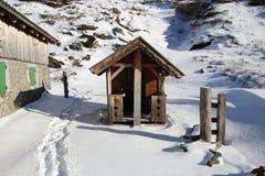 Liten koja för barn i snön Gastein berg, Österrike, Europa Fotografering för Bildbyråer