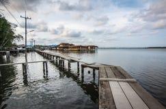 Liten konkret bro i fiskarebyn, Chanthaburi, Thailand royaltyfri foto