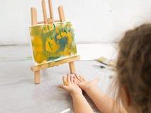 Liten konstnär i konststudio abstrakt målning Royaltyfria Bilder