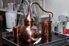 Liten kopparbehållare för destillation Arkivbild
