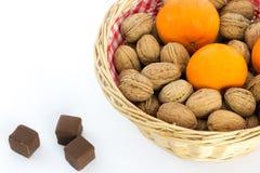 Liten korg med valnötter och tangerin Arkivbild