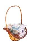Liten korg som fylls med pengar Fotografering för Bildbyråer