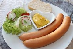 Liten korv med sallad och bröd Royaltyfri Bild