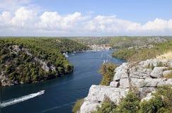 Liten kroatisk stad av Skradin på den Krka floden, Dalmatian kust Royaltyfria Foton