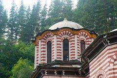 Liten kupol av den huvudsakliga domkyrkan i den Rila kloster i Bulgarien Arkivbild