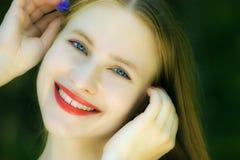 liten kvinna för härlig blå blomma Arkivfoton