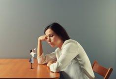 Liten kvinna som manar på trött kvinna Fotografering för Bildbyråer