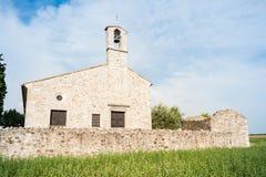 Liten kyrka av det 13th århundradet Arkivfoton