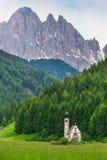 Liten kyrka av San Giovanni i Ranui på Santa Maddalena Alta i Dolomites royaltyfri fotografi