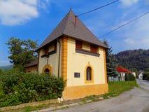 Liten kyrka i by Fotografering för Bildbyråer