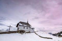 Liten kyrka i alpin by Arkivbilder