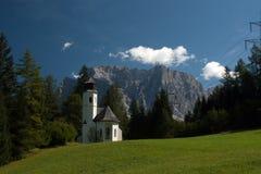 Liten kyrka i berg Arkivfoton