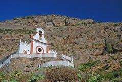 Liten kyrka i bergen Royaltyfria Foton