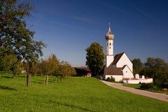 Liten kyrka i en by Arkivfoton