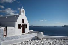 Liten kyrka i Ia, Santorini, Grekland fotografering för bildbyråer