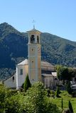 Liten kyrka i italiensk bergby Arkivfoto