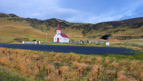 Liten kyrka i landskapet på Island, arkitektur Royaltyfri Bild