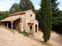 Liten kyrka i Montserrat Arkivfoto