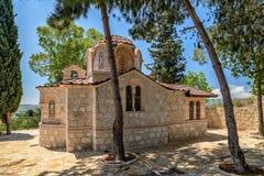 Liten kyrka i by på Cypern Arkivfoto