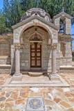 Liten kyrka i by på Cypern Royaltyfria Bilder