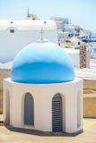 Liten kyrka med en blå kupol och sikten av Royaltyfri Bild