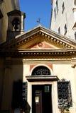 Liten kyrka med en enkel klocka i Oderzo i landskapet av Treviso i Venetoen (Italien) Royaltyfria Bilder
