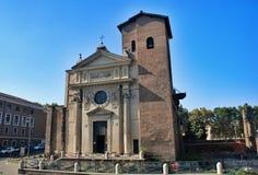 Liten kyrka med ett klockatorn i Rome royaltyfri fotografi