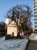 Liten kyrka mellan flerbostadshuset i Brno Arkivfoton