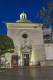 Liten kyrka på huvudsaklig fyrkant i krakow på natten Royaltyfria Bilder