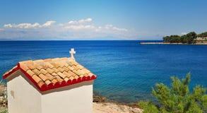 Liten kyrka på klippan som förbiser havet Royaltyfri Bild
