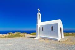 Liten kyrka på segla utmed kusten av Crete Royaltyfri Foto