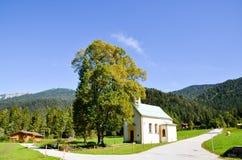 Liten kyrka på sidan av AchebseeAchenseehof, Tyrol (Österrike) Royaltyfri Fotografi