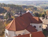 Liten kyrka på vagga precis vid slotten för stil för Lipnice nad SÃ ¡ zavou den gotiska, en de största slottarna i Tjeckien arkivfoto