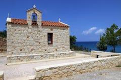 Liten kyrka på kusten av Kreta i Grekland Royaltyfria Bilder