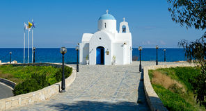 Liten kyrka vid det guld- kusthotellet i protaras, Cypern Royaltyfri Fotografi