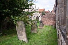 Liten kyrkogård i York, England, UK Arkivbilder