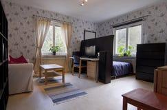 liten lägenhetett slags tvåsittssoffa Arkivbild