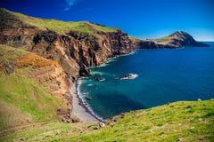Liten lös strand på Ponta de Sao Lourenco royaltyfri foto