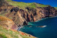 Liten lös strand som är borttappad i klipporna av Ponta de Sao Lourenco arkivfoton