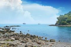 Liten lagun och segelbåt Arkivfoto