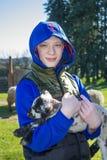Liten lamm och tonåring Arkivfoton