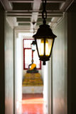 Liten lampa i Buddha statybakgrund Arkivfoton