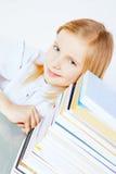 Liten le flicka med böcker royaltyfri bild