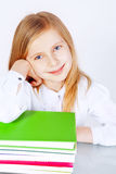 Liten le flicka med böcker royaltyfria foton