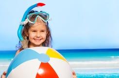 Liten le flicka med den stora uppblåsbara bollen Royaltyfri Bild