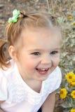 liten le litet barn för flicka Arkivbilder