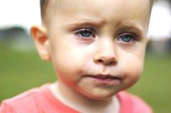 Liten ledsen pojke fotografering för bildbyråer