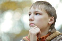 Liten ledsen pojke Arkivfoto