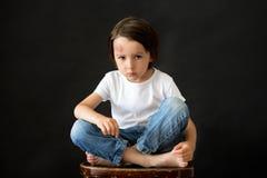 Liten ledsen pojke med den stora bulan på hans huvud från nedgång arkivbild