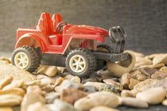Liten leksakbil på naturbakgrunden Retro modell för leksakbil på grusbakgrund Royaltyfria Foton